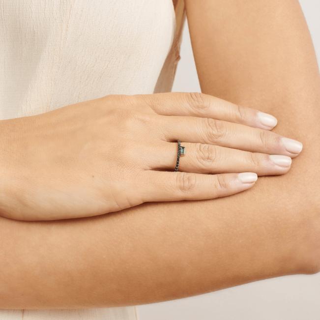 Кольцо с изумрудом и черными бриллиантами