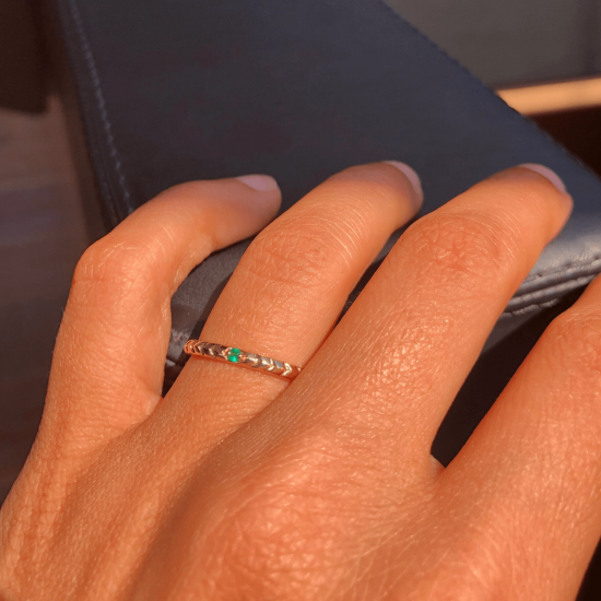 Тонкое ребристое кольцо с изумрудом,  Больше Изображение 2