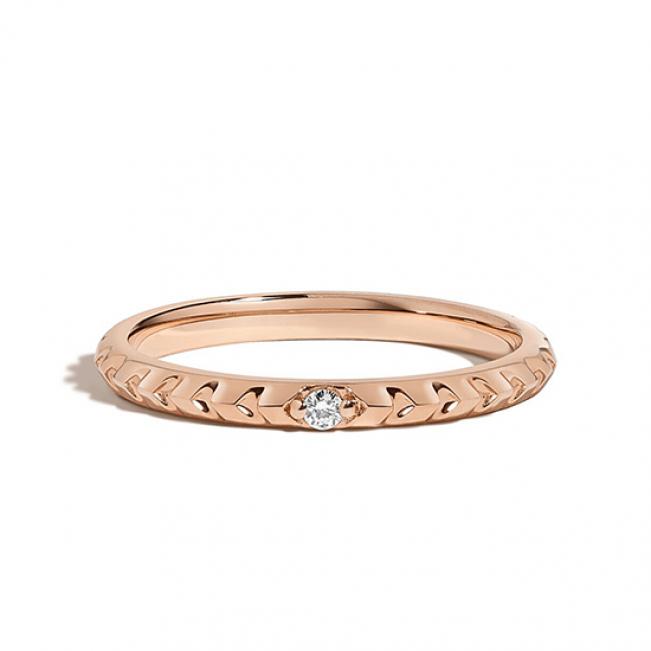 Ребристое обручальное кольцо с бриллиантом