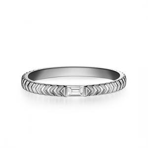 Кольцо обручальное из платины с бриллиантом изумрудной огранки
