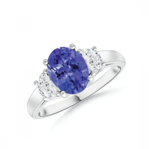 Кольцо с овальным танзанитом и двумя бриллиантами по бокам