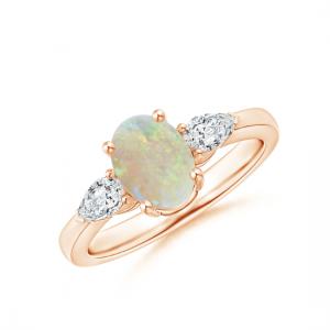 Кольцо с овальным опалом и боковыми бриллиантами