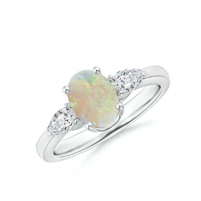 Кольцо с опалом и боковыми бриллиантами