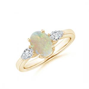 Кольцо золотое с овальным опалом и боковыми бриллиантами