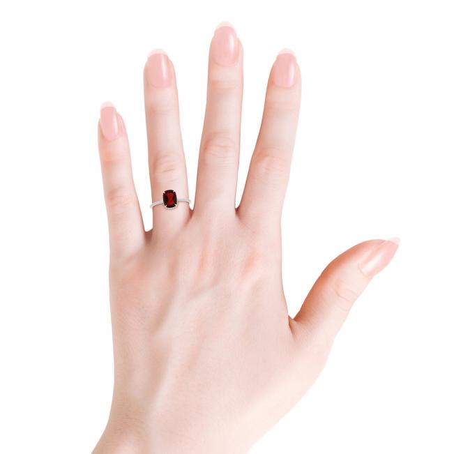 Кольцо из белого золота с гранатом