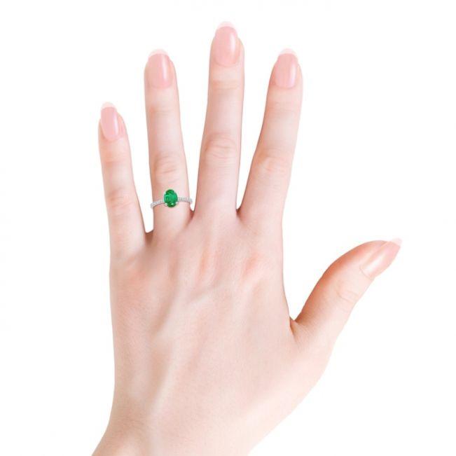 Кольцо с овальным изумрудом на бриллиантовой дорожке - Фото 2