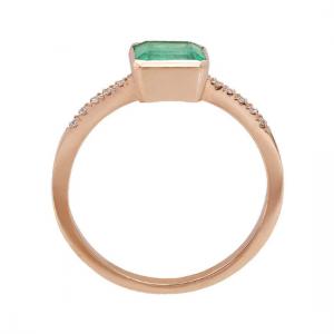 Кольцо с изумрудом 0.90 карата и паве по бокам из розового золота