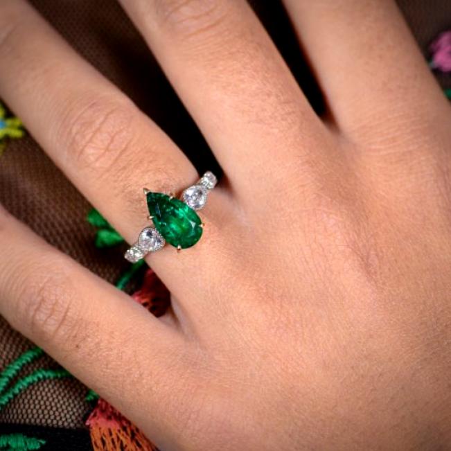 Кольцо с изумрудом груша 2.7 кт и бриллиантами 0.85 кт