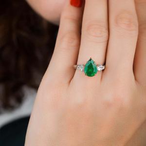 Кольцо с изумрудом груша 2.5 карата и бриллиантами