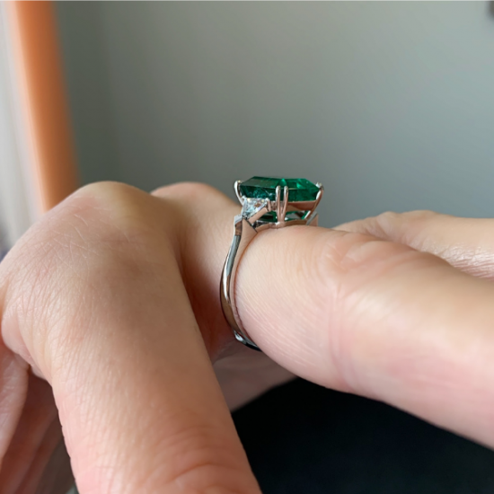Классическое кольцо с изумрудом 3.31 карата и бриллиантами триллионами,  Больше Изображение 4