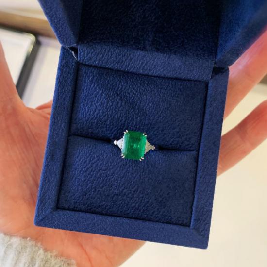 Классическое кольцо с изумрудом 3.31 карата и бриллиантами триллионами,  Больше Изображение 7