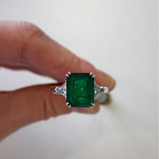 Классическое кольцо с изумрудом 3.31 карата и бриллиантами триллионами,  Больше Изображение 5
