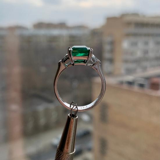 Классическое кольцо с изумрудом 3.31 карата и бриллиантами триллионами,  Больше Изображение 6