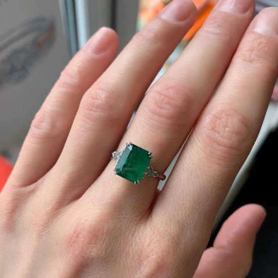 Классическое кольцо с изумрудом 3.31 карата и бриллиантами триллионами,  Больше Изображение 3