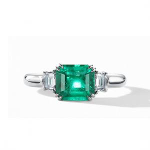 Кольцо с изумрудом 0.70 карата и 2 бриллиантами по бокам