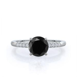 Кольцо с черным бриллиантом 1 кт и паве по бокам