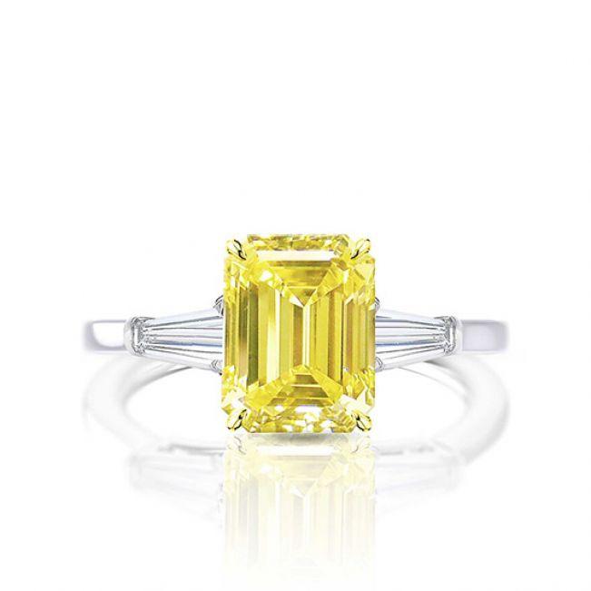 Кольцо с желтым сапфиром 4 карата и багетами по бокам