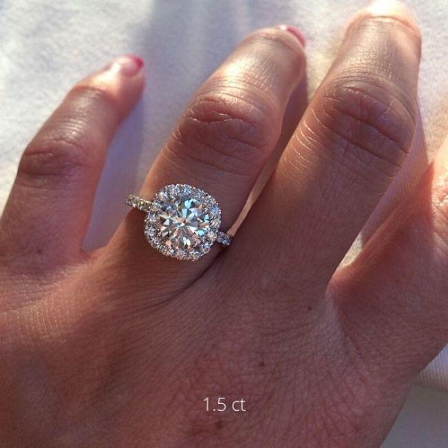 Кольцо с круглым бриллиантом в квадратном ореоле