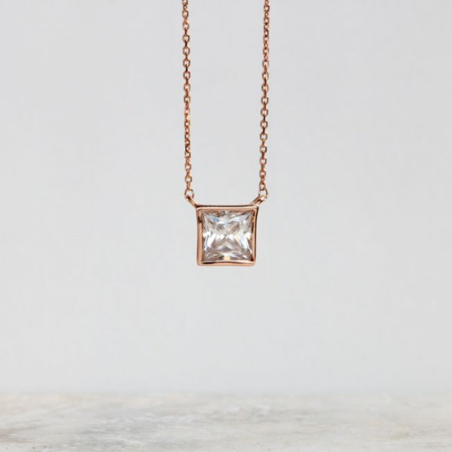 Кулон с белым бриллиантом огранки «принцесса»