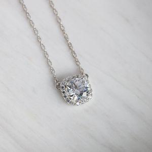 Кулон с круглым бриллиантом в ореоле